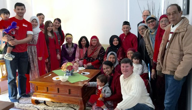 Hosts Ghazali (wearing black Malay cap in the back row) and Yoshida with the remaining guests at the end of the gathering.